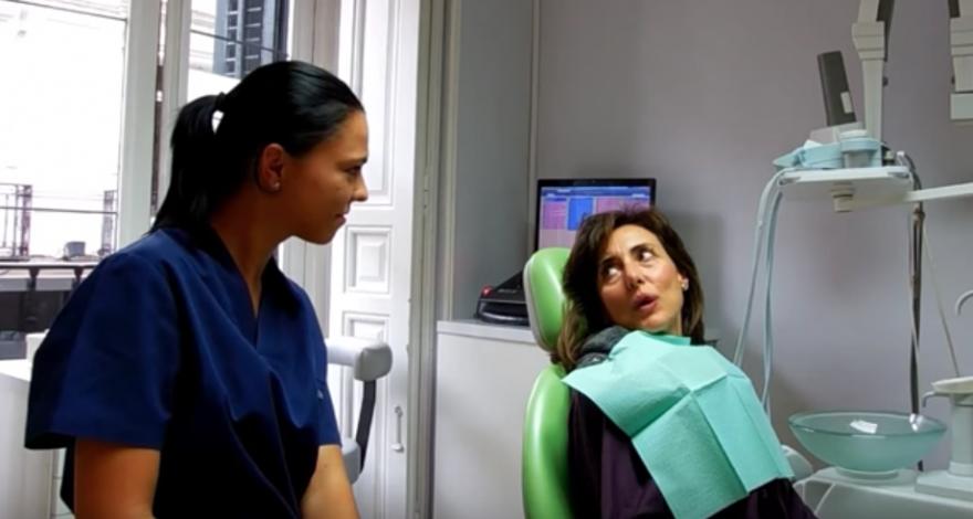 explicación de higiene dental completa en vídeo por la Dra. Andreea Cosic