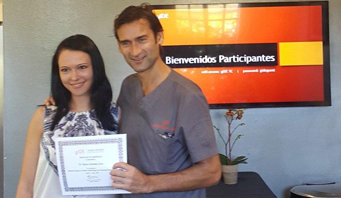 dra andreea cosic de Clínica Dental Navarro recogiendo diploma gide