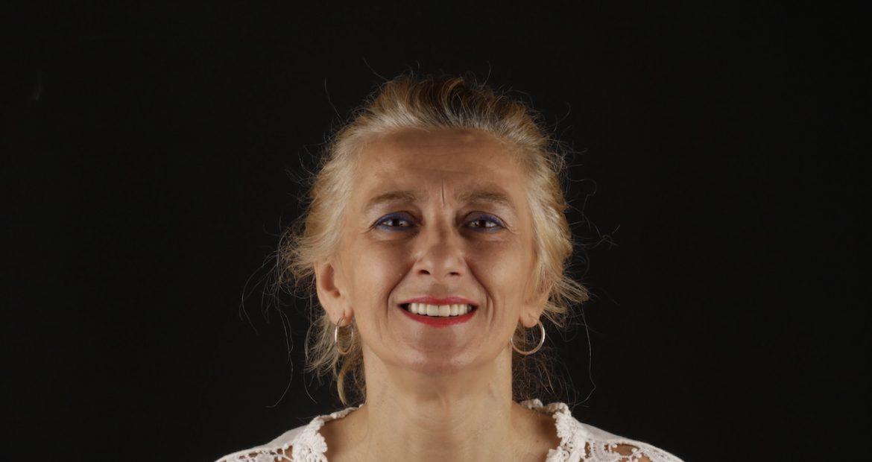 testimonio de Conchi acerca de tratamiento con injertos óseos, implantes y coronas dentales para rehabilitación dental y estética
